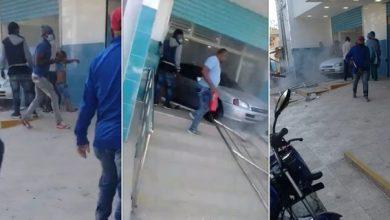 Photo of Al menos 12 personas heridas al penetrar vehículo en centro de salud Los Guaricanos