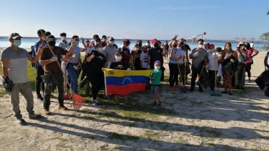 Photo of Venezolanos residentes en Boca Chica se suman a la limpieza del poblado turístico