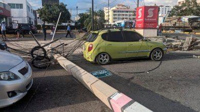 Photo of Patana pierde control y tumba postes del tendido eléctrico frente al Ministerio de Educación