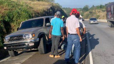 Photo of Hombre cae de camioneta en movimiento en la autopista El Coral