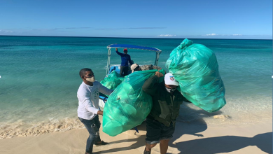 Photo of Exhortan a turistas y visitantes recoger desperdicios en Bahía de las Águilas