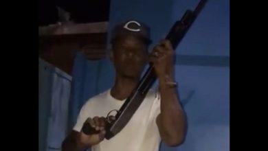 Photo of Con escopeta en manos, dirigente del PRM reclama empleos al presidente Abinader