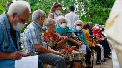Photo of Arranca la vacunación masiva, cientos de adultos mayores hacen filas para vacunarse