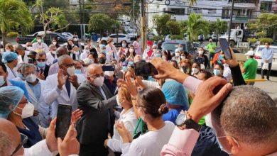 Photo of Exministro de Salud es recibido como un héroe en Santiago