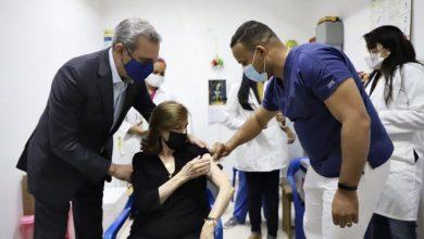 Photo of Luis Abinader acompaña a su madre para aplicarse vacuna contra el coronavirus