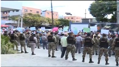 Photo of Semidesnudos, exempleados de Obras Públicas demandan prestaciones laborales