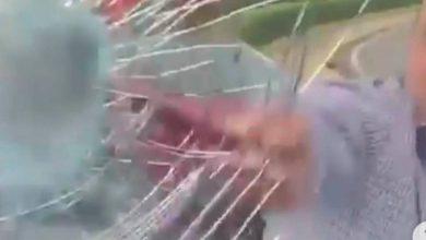 Photo of Hombre rompe con un bastón cristal del vehículo de un conductor