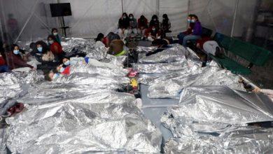 Photo of Gobierno de EEUU muestra primeros videos de niños migrantes bajo su custodia