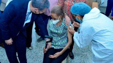 Photo of Leonel Fernández acompaña a su madre a vacunarse y manifiesta su apoyo al plan nacional