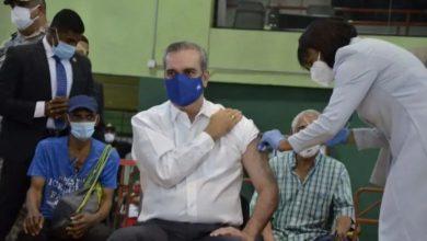 Photo of Luis Abinader recibe su primera dosis de la vacuna contra el Covid