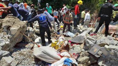 Photo of Tragedia en Baní: derrumbe sepulta a tres miembros de una familia
