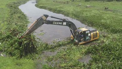 Photo of INDRHI limpia caños para acelerar drenaje de las aguas en el Bajo Yuna